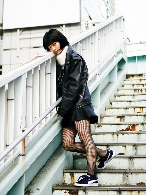 PUMAのスニーカーをはいた田中真琴