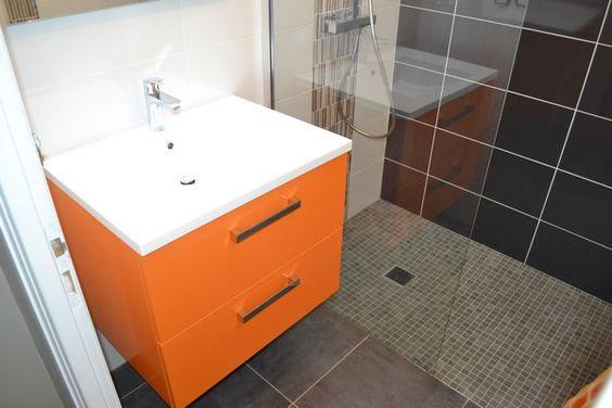 Meuble de salle de bain finition couleur orange pour les façades et