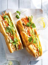 Sandwich au tofu grillé à la vietnamienne. J'ai remplacé le poulet de la recette par des bâtonnets de tofu grillé et assaisonné. Vraiment délicieux! À refaire pour les lunch aussi.