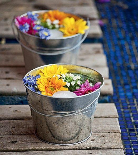 Ideia para decorar uma festa ao ar livre: baldinhos de metal vela e flores flutuantes. Fácil de fazer e fica lindo!: