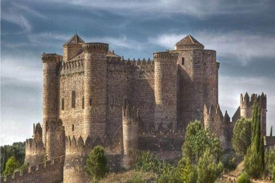 CASTLES OF SPAIN - Castillo de Belmonte Cuenca Spain. El castillo fue concebido como   fortaleza-palacio, para satisfacer por una parte las necesidades defensivas de don Juan Pacheco,   marqués de Villena, que quiso prepararlo ya para el ataque y defensa de la artillería. Por otra parte,   tuvo la función de una residencia lujosa, acorde con sus ansias de poder y la influencia del   marquesado de Villena