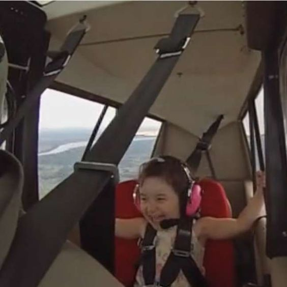 ¡Con la reacción de esta niña en pleno vuelo entran ganas de tener un padre piloto! #niña #papá #piloto http://www.pandabuzz.com/es/video-emocion-del-dia/esta-niña-no-tiene-miedo-a-nada