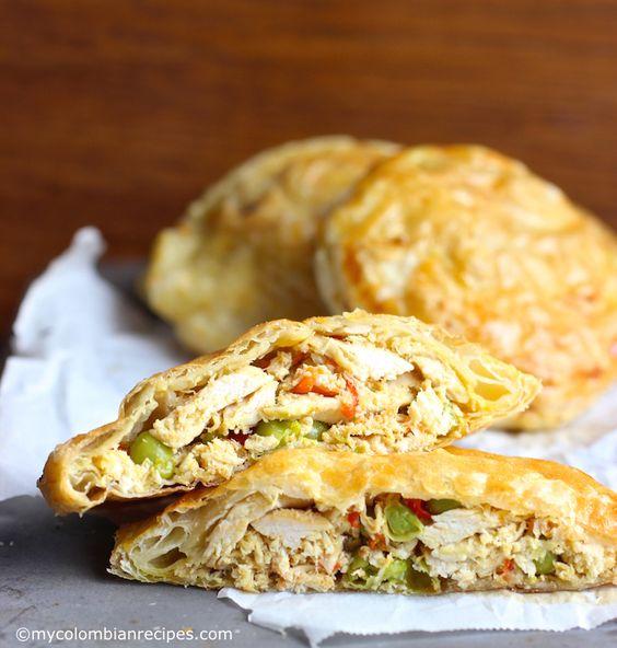 Pasteles de Pollo con Verduras (Colombian-Style Chicken Pastries) - Estos pasteles de pollo se hacen con masa de hojaldre y rellenos de pechuga de pollo desmenuzado, especias y verduras, y se sirve con salsa de ají o salsa aguacate. Se pueden comer para el desayuno, el almuerzo o la merienda y también se sirven en las fiestas como aperitivo