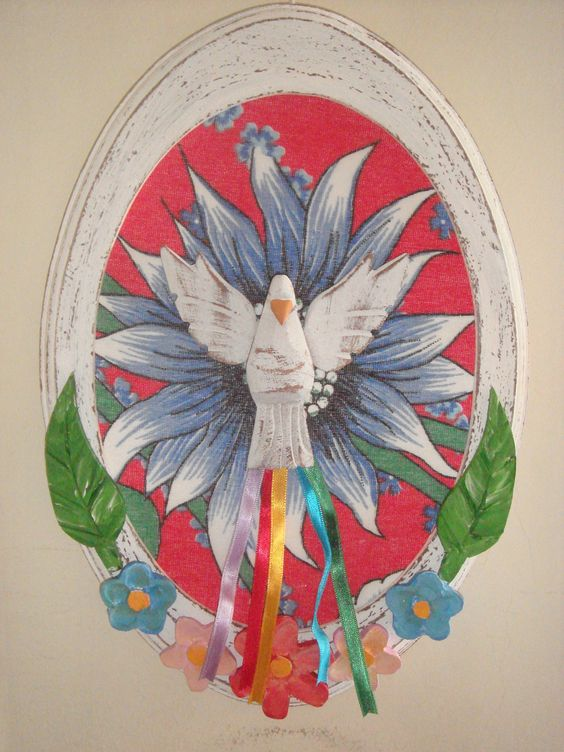 Quadro Divino Espírito Santo, oval, em madeira com acabamento envelhecido…