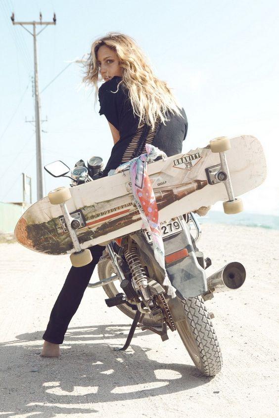 バイクと女性とスケートボード