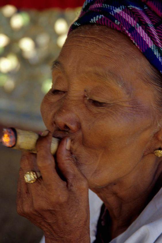 Pindaya: il mercato e le donne che fumano il sigaro