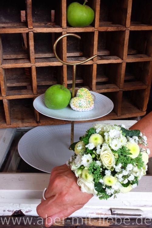 Florales #Armband für #Hochzeit, Blumenschmuck für Trauzeugin oder #Bridesmaid, Armband aus frischen Blumen, #Wrist #Corsage   www.aber-mit-liebe.de/infos