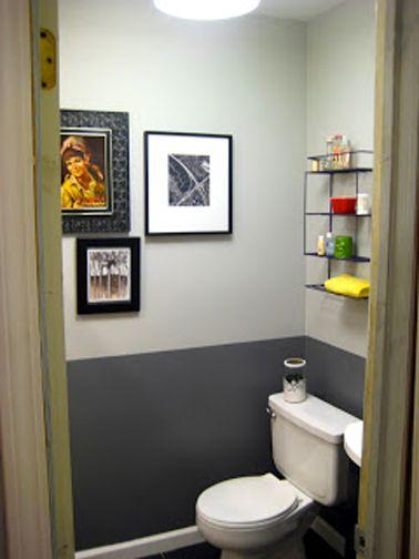 Peinture WC gris anthracite pour peindre le soubassement et gris perle sur le haut des murs. Cuvette WC et lave-mains blanc. Etagères en fer pour le rangement des accessoires