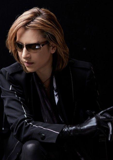黒いジャケットに皮手袋をつけているXJAPAN・YOSHIKIの画像