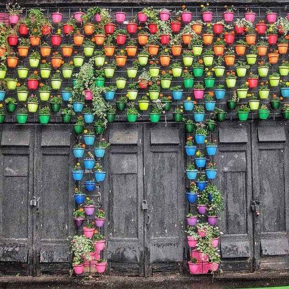 Jard n vertical de macetas de colores el dise o lo marcan - Macetas para jardin vertical ...