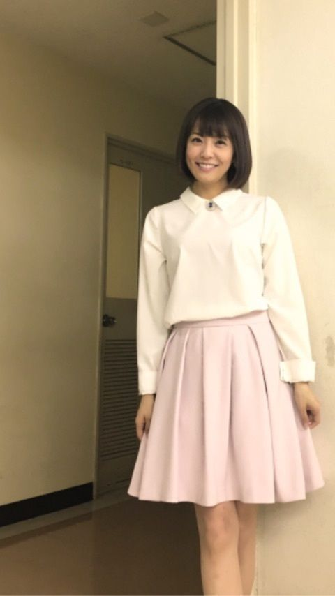 小林麻耶白いシャツに淡いスカートがかわいい画像