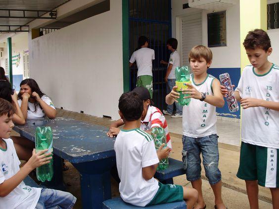 """Crianças se divertindo a beça com o """"Projeto Beija-Flor- recreio interativo"""", na escola 13 de Maio- Primavera do Leste, em 2011."""