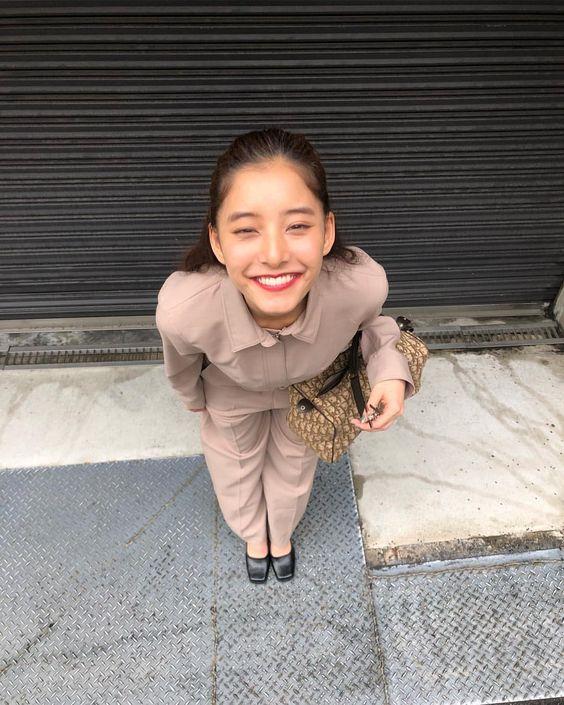 全力の笑顔の新木優子さん
