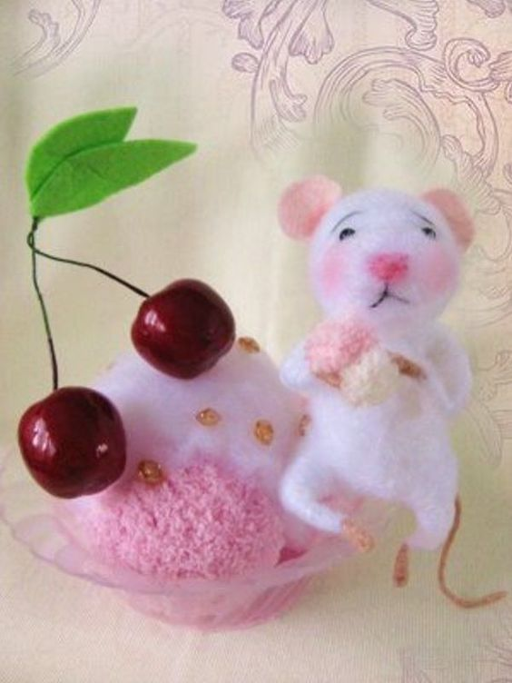 Nostalgie Maus mit Kirsch-Eisbecher, gefilzt,Filzmaus,Landhaus/Shabby-Tilda Art