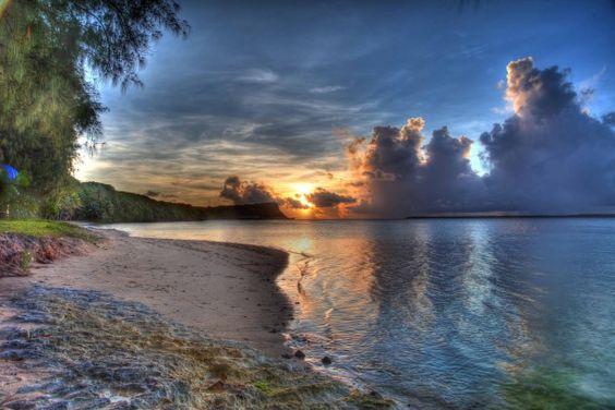 グアムのビーチで夕やけ