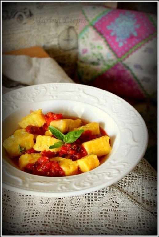 Тыквенные ньёки с сыром, чесноком в томатном соусе
