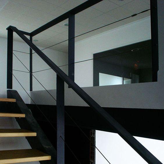 Las barandillas de hierro con cable de acero que combinan el hierro y cables de acero para darle un toque moderno y minimalista para la escalera de su casa.