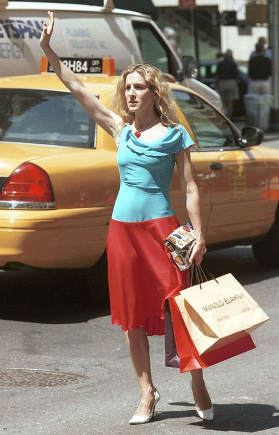 Après avoir découvert qu'Aidan s'apprêtait à lui demander sa main, Carrie tombe sur Big alors qu'elle hèle un taxi vêtue d'une une robe bicolore avec col volanté et d'escarpins blancs à bouts pointus.