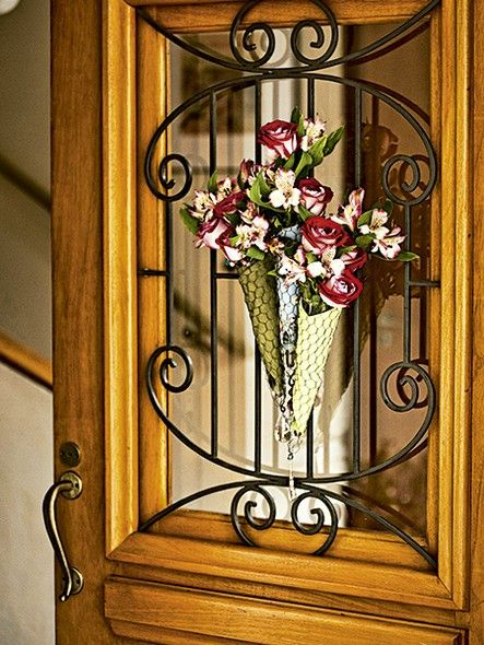 Para dar boas-vindas aos convidados, cones feitos com tela de galinheiro e esponja floral, forrados com guardanapo: guirlanda original