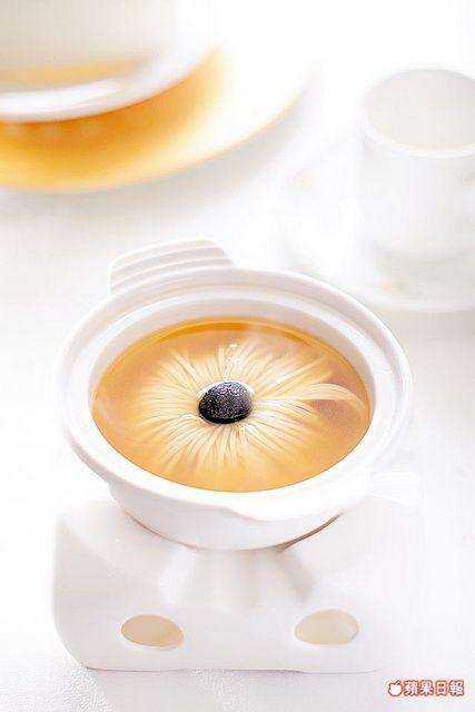 美白菊花盅 180元    湯碗中綻開的絲狀豆腐花瓣,展現中式刀工的極致。(九華樓)