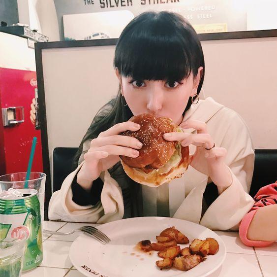 ハンバーガーを食べる鈴木えみ