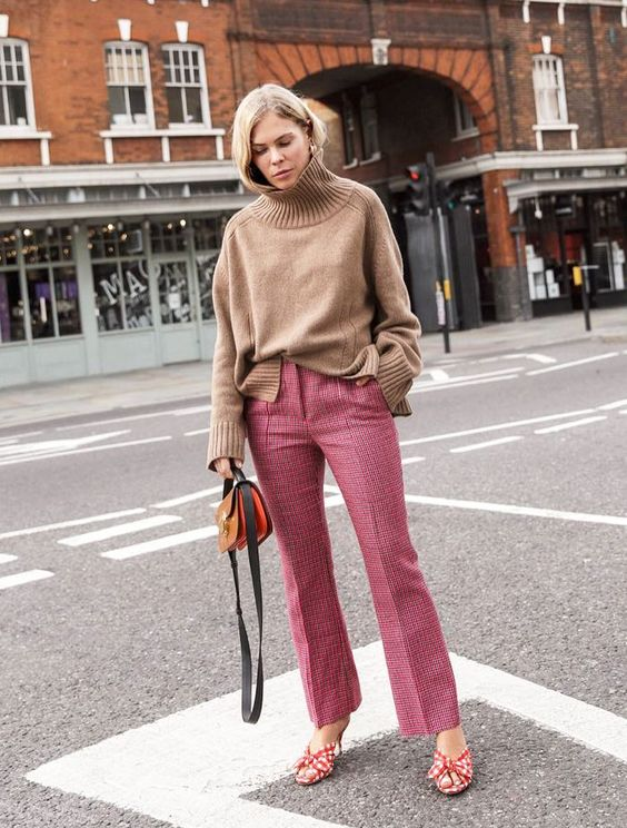 London Winter Capsule Wardrobe: Jessie Bush looks chic in her pink trousers. #winterfashion#winteroutfits #winterstyle #ilymixaccessories