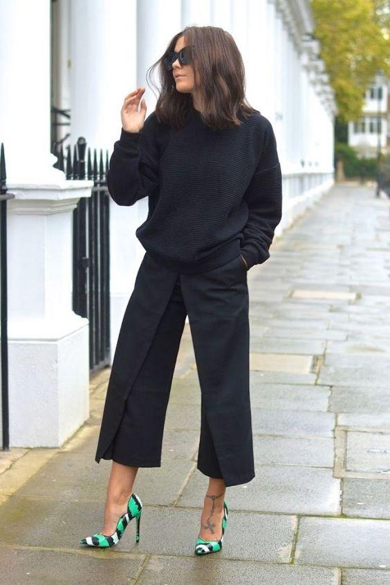 In love: look vestiu-partiu com pantacourts e blusa de tricô preta. A diversão fica por conta do salto colorido, que alegra o look