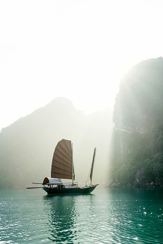 Bai Tu Long Bay - Vietnam / Sharon Radisch