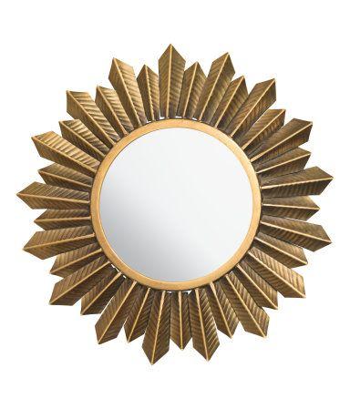 Runder Spiegel mit geprägtem, patiniertem Metallrahmen. Die Schrauben sind nicht enthalten. Spiegel 17 cm, Rahmen ca. 35 cm Durchmesser.