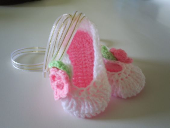Esta es mi versión de las zapatillas de ballet de bebe. -- This is my own version of baby girl crochet ballet slippers.