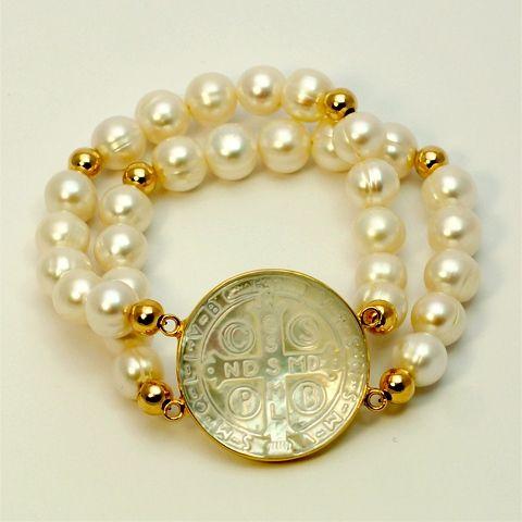 Pulsera doble de perlas, con medallas de san Benito de madreperla