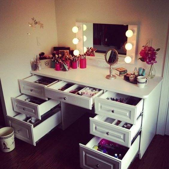 viele schubladen und leucher am spiegel für ein modernes schminktisch design…