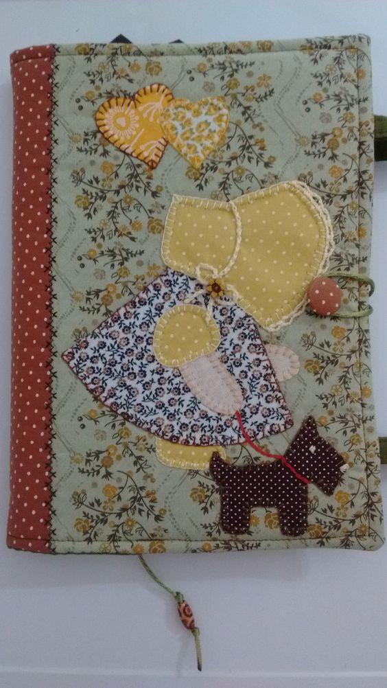 Capa para livro em patchwork confeccionada com tecidos 100% algodão e estruturada com manta R1. Os desenhos e cores podem variar. Possui marcador de página. Esta fotobé uma imagem ilustrativa.