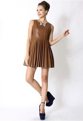 Couro do falso vestido sem mangas plissadas em Chocolate