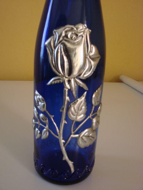 Botella de cristal decorada con esta o repujado en plata for Manualidades con estano
