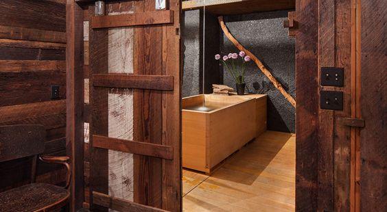 luxus badezimmer design mit Schiebetür aus Holz und freistehende japanische badewanne holz - fresHouse