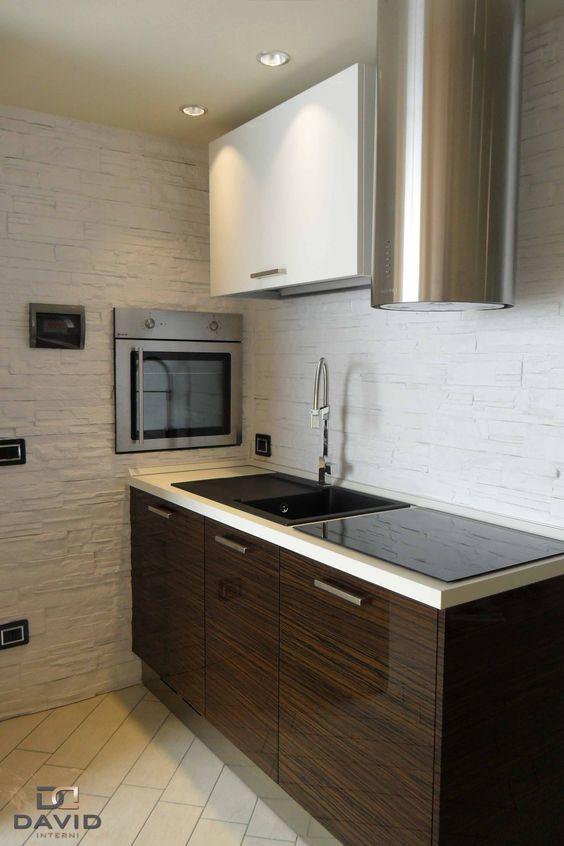 Cucina su misura in laccato bianco e ebano con elettrodomestici in acciaio inox e forno ...