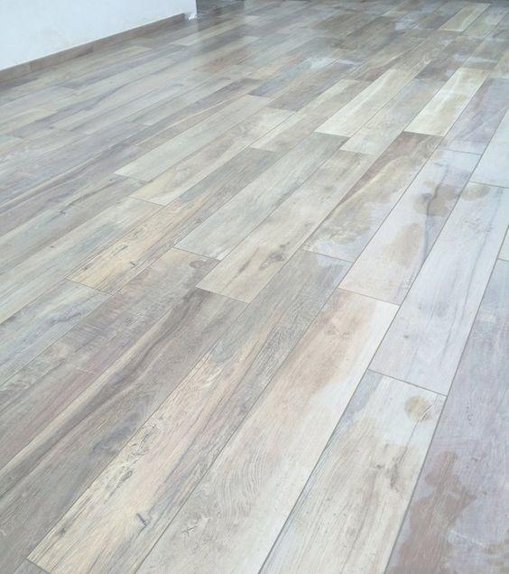 Le piastrelle in gres porcellanato effetto legno per il pavimento e 39 resistente e ha l 39 aspetto - Piastrelle floor gres ...