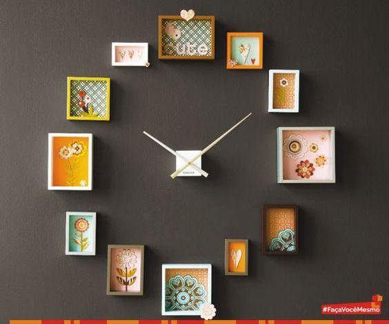 Para quem ama decorar com criatividade olha que lindo este relógio de parede que pode ser feito com quadrinhos, pequenos nichos ou fotos emolduradas ao redor dos ponteiros. O que achou desta ideia?