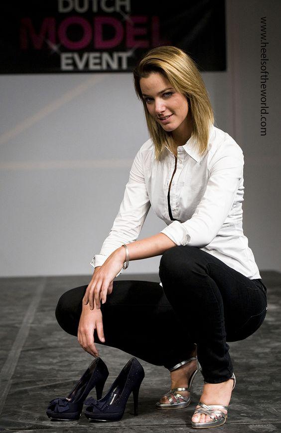 Belgisch model op het Dutch Model Event in het World Fashion Center in Amsterdam met zwarte pumps en zilveren hoge hakken.