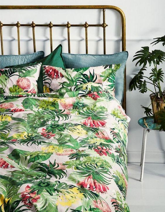 tissu tropical, déco chambre à coucher, tête de lit en laiton, couverture de lit à motifs tropicale avec oreillers bleu