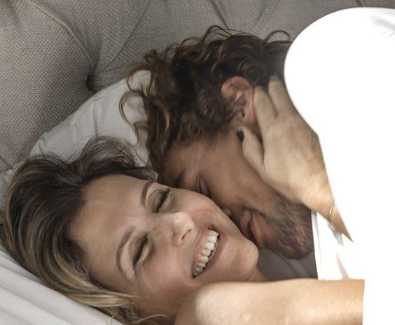 Lígia e Kim vão para a cama logo depois de se conhecerem (Foto: TV Globo)