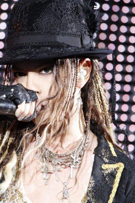黒いハットを被って歌っているドレッドヘアのL'Arc〜en〜Ciel・hydeの画像
