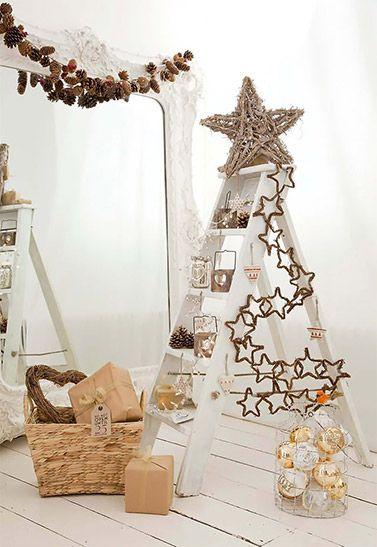 Já pensaram em inovar na decoração de Natal com uma árvore alternativa? Veja opções criativas e sustentáveis, como uma escada que aberta tem um formato semelhante ao do pinheiro. Vejam que graça!: