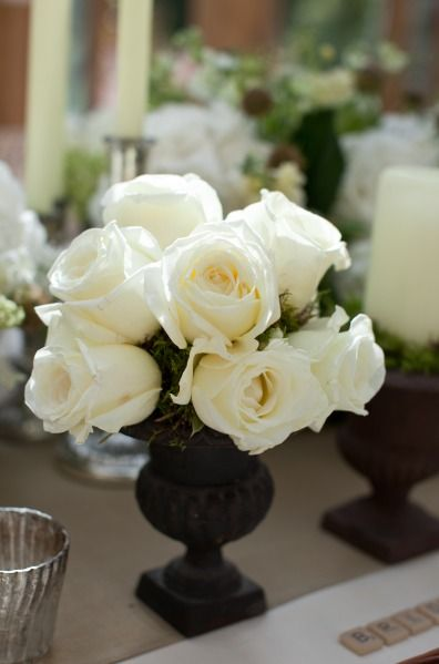 Love The White Roses Against The Black Vase Floral Arrangements And Centerpieces Pinterest