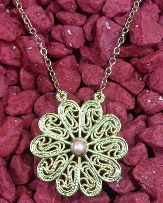 Dije dorado en filigrana bañado en oro de 24 k perla cultivada color rosa