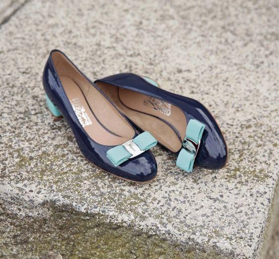 Salvatore Ferragamo, модель Vara Итальянский обувщик Сальваторе Феррагамо был настоящим изобретателем: он придумал каблук «стилет» (в основе — стальной стержень) для Мэрилин Монро и создал обувь на танкетке. Самая известная модель Vara является бестселлером марки Salvatore Ferragamo уже больше 30 лет. Vara были придуманы в 1978 году при участии старшей дочери дизайнера. Отличительные знаки этой модели — бантик и широкий низкий каблук.