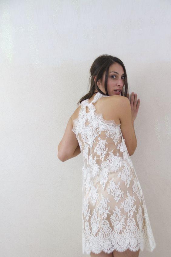 Robe de mariée courte, modèle Couture en dentelle de Calais et satin de soie.