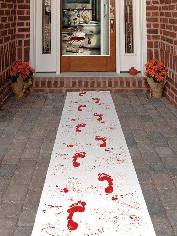 Tappeto impronte insanguinate Halloween: Questo tappeto decorativo è in tessuto bianco, con stampe di macchie e impronte insanguinate di passi.Misura circa cm 61 x 305 ed è munito di un nastro adesivo double face per...