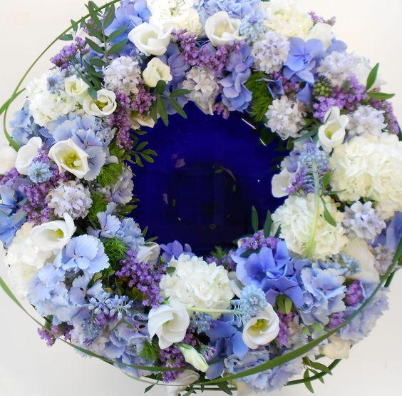 Wunderschöner Tischkranz in blau/lila/weiß